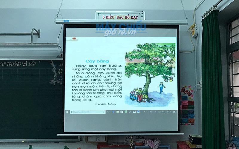 Lắp máy chiếu dùng trong lớp học tại Trường Tiểu Học Bình Hưng Hòa