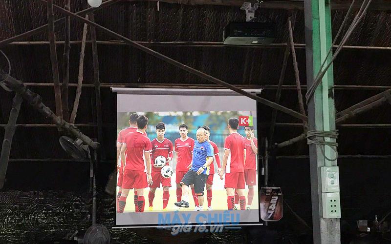 Lắp đặt máy chiếu xem bóng đá AFF Cup 2018 cho quán cafe