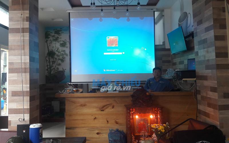 Lắp đặt máy chiếu Optoma PX390 chiếu bóng đá AFF Cup cho quán Cafe
