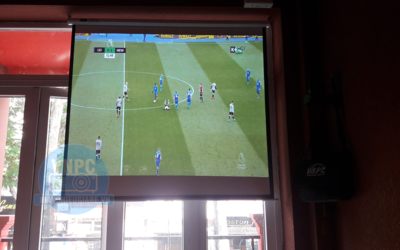 Máy chiếu Optoma PS368 phục vụ chiếu bóng đá cho quá cafe K+