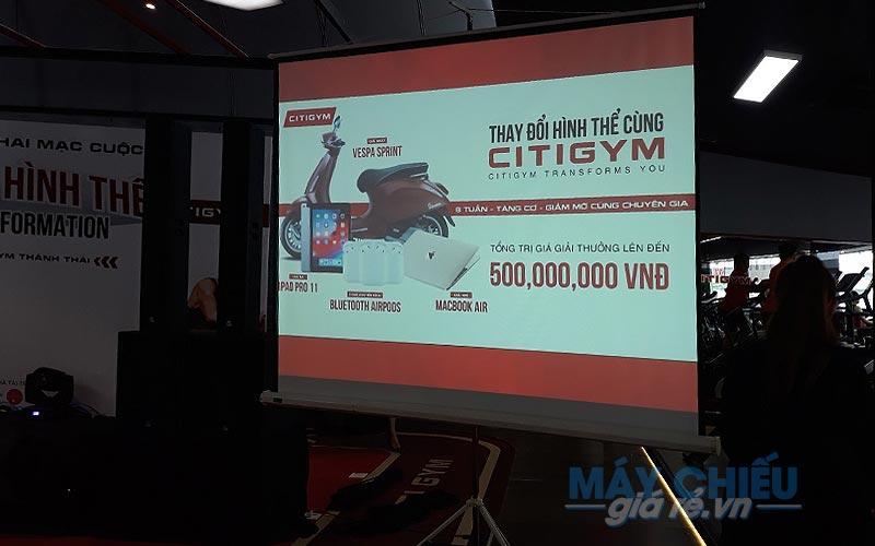 Máy chiếu và màn chiếu tổ chức sự kiện tại CITIGYM TpHCM cung cấp bởi VNPC