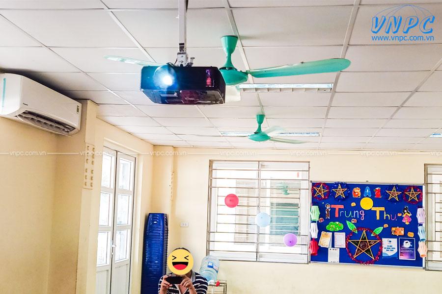 Lắp đặt Optoma PX390 và màn chiếu 100″ tại Trường LÔ-MÔ-NÔ-XỐP