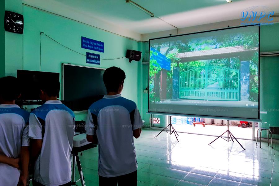 Máy chiếu Epson và màn chiếu 150 inch dùng cho trường học