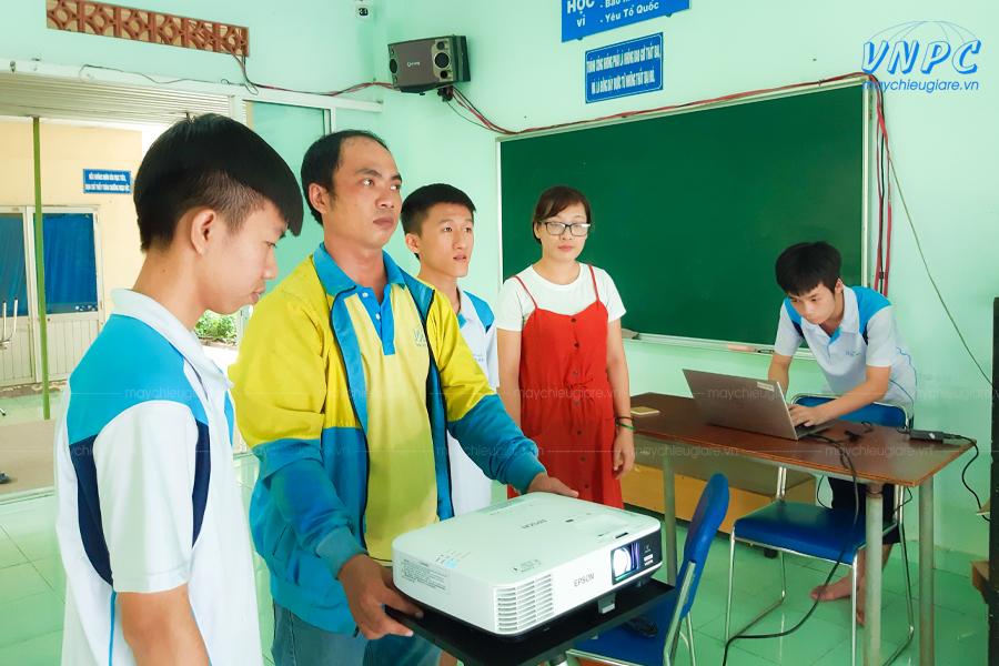 VNPC cung cấp máy chiếu cho lớp học