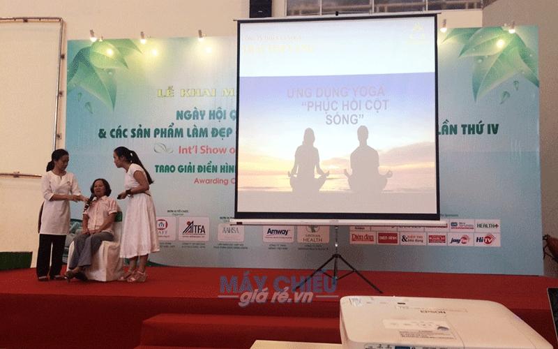 Cho thuê màn chiếu 3 chân đứng di động trình chiếu sự kiện hội thảo