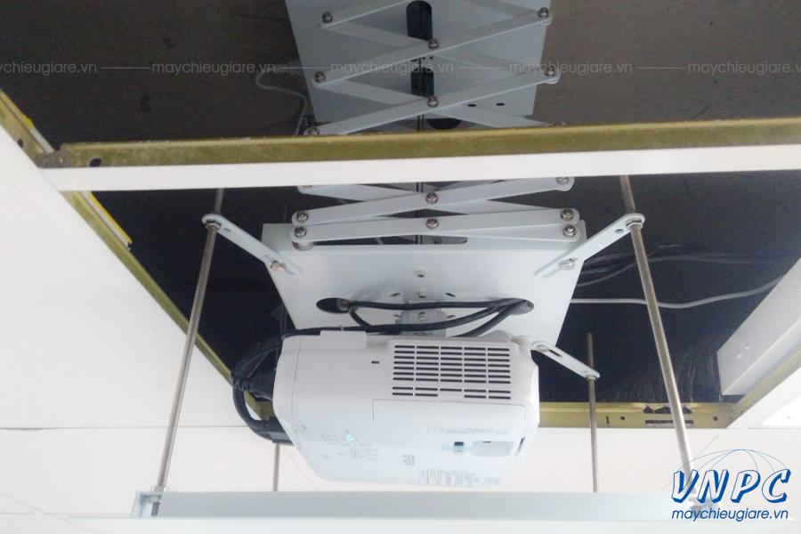 VNPC lắp đặt khung treo máy chiếu điện âm trần