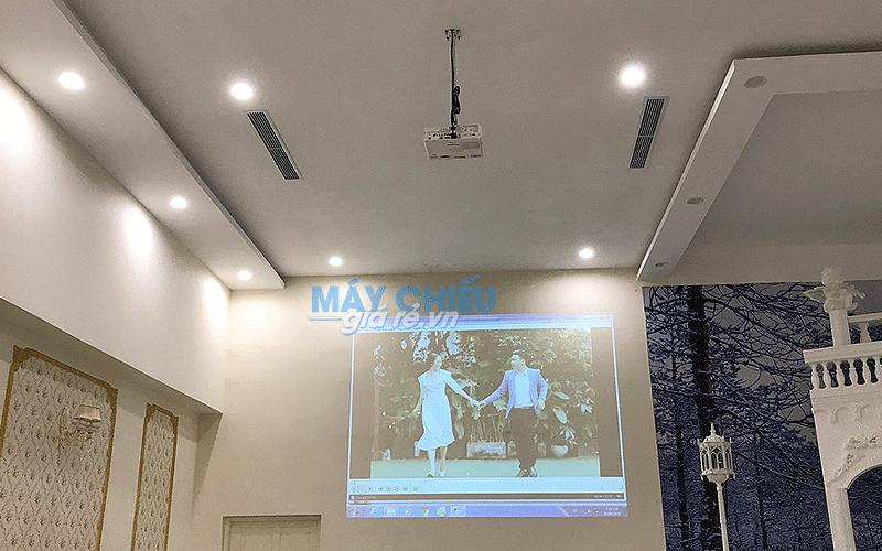 VNPC lắp đặt máy chiếu Epson và màn chiếu cho nhà hàng tiệc cưới TpHCM