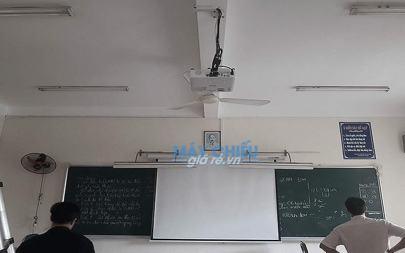 Lắp đặt máy chiếu Epson EB-X05 màn chiếu phục vụ giảng dạy cho lớp học