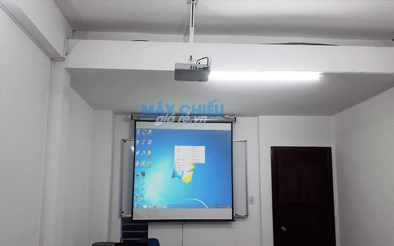 Lắp máy chiếu cũ và màn chiếu kéo tay 100inch cho lớp học