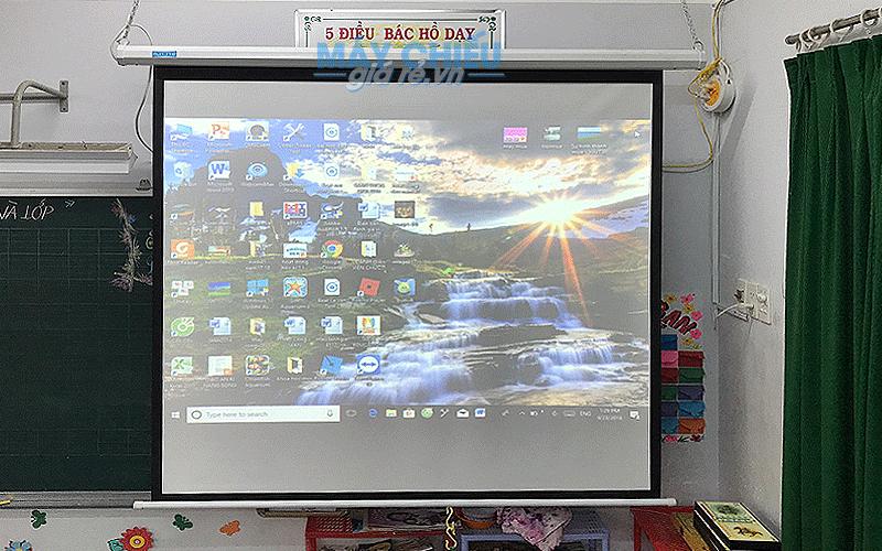 Lắp máy chiếu và màn chiếu dùng trong lớp học tại TpHCM