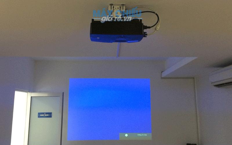 Hình ảnh VNPC tư vấn và lắp đặt máy chiếu chiếu lên tường cho khách