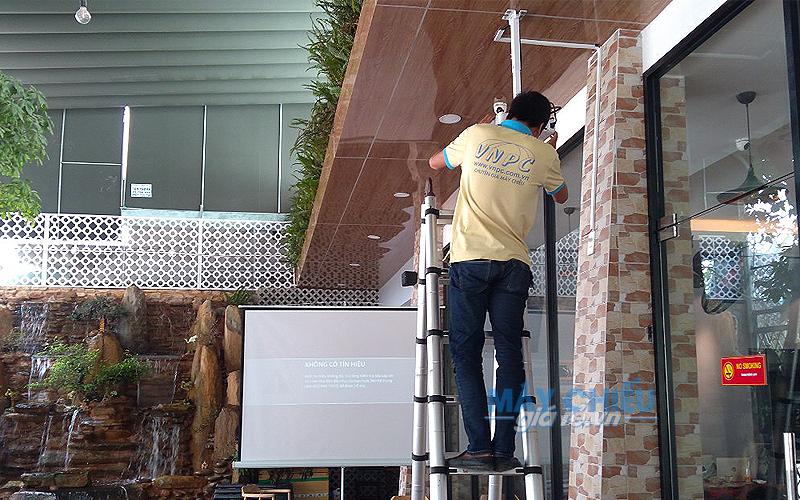 VNPC lắp trọn bộ máy chiếu và màn chiếu cho quán cafe VIVA STAR