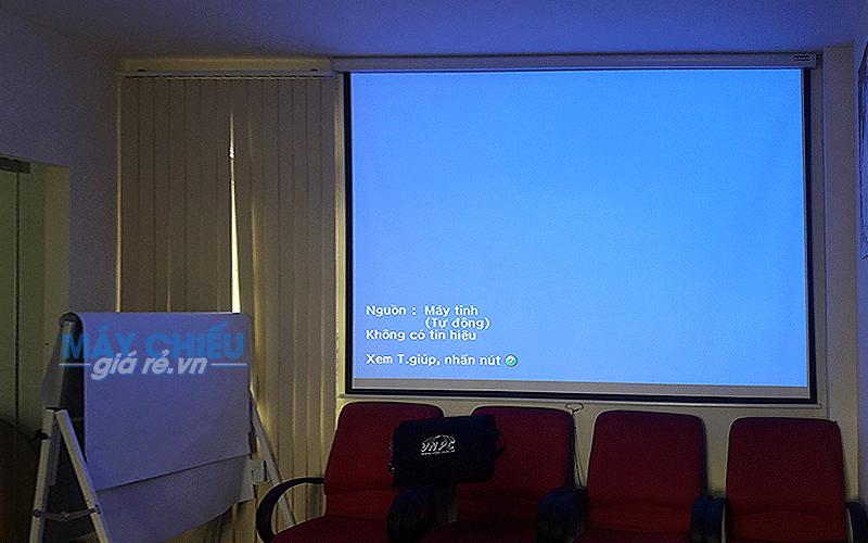 Lắp màn chiếu treo tường kéo tay cho văn phòng công ty
