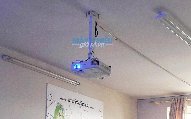 Lắp máy chiếu Epson EB-X05 cho văn phòng công ty phục vụ hội họp