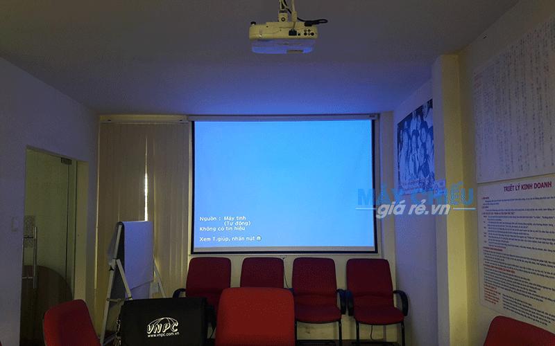 Lắp máy chiếu và màn chiếu cho văn phòng công ty phục vụ hội họp