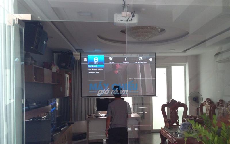 Lắp máy chiếu 4K và màn chiếu 135 inch cho phòng phim gia đình