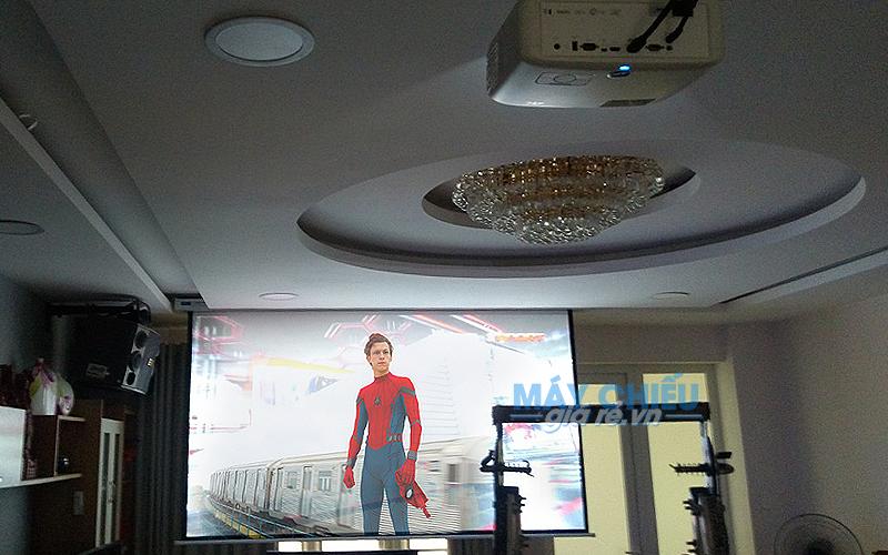 Lắp máy chiếu 4K và màn chiếu 135 inch chiếu phim gia đình cao cấp