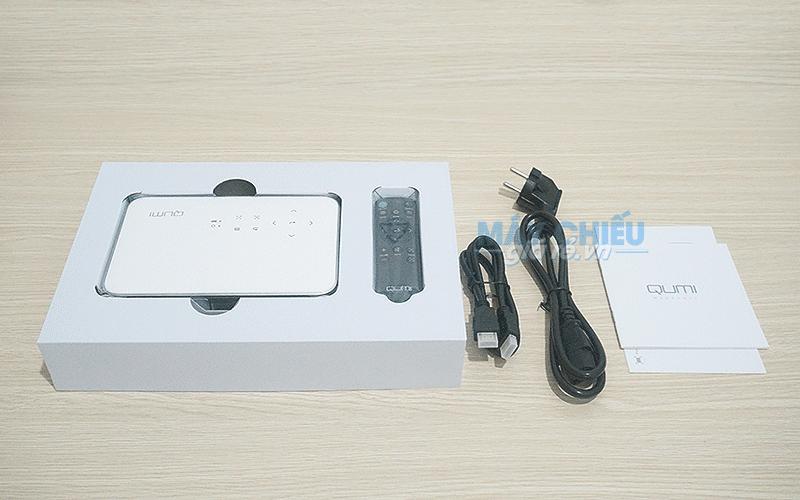 Máy chiếu Vivitek Qumi Q38 phụ kiện gồm Remote, cáp HDMI và Cáp nguồn