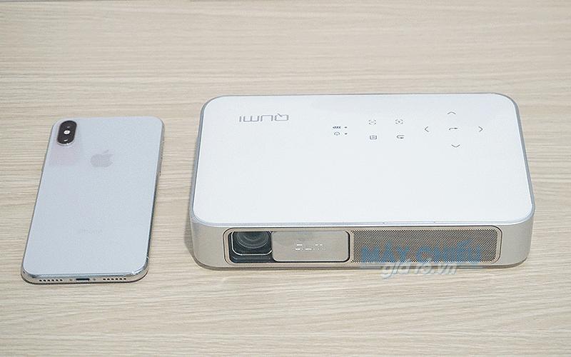 Máy chiếu mini Vivitek Qumi Q38 nhỏ gọn chỉ bằng 1 chiếc Iphone
