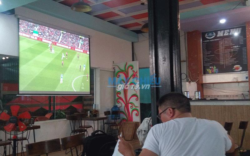 """Lắp máy chiếu & màn chiếu 120"""" cho quán cafe xem AFF Cup 2018"""