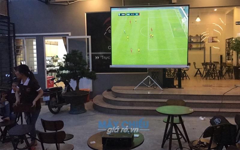 Optoma PX390 phục vụ chiếu bóng đá AFF Cup cho quán cafe Dolphin