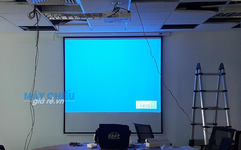 Lắp đặt máy chiếu Panasonic PT-LB303 và màn chiếu điện 100 inch