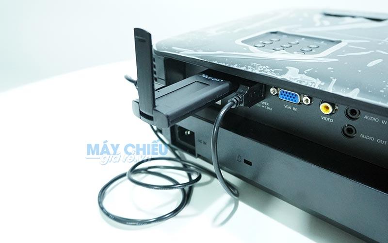 Kết nối Ezcast Measy A2W vào máy chiếu thông qua cổng HDMI và cấp nguồn 5V