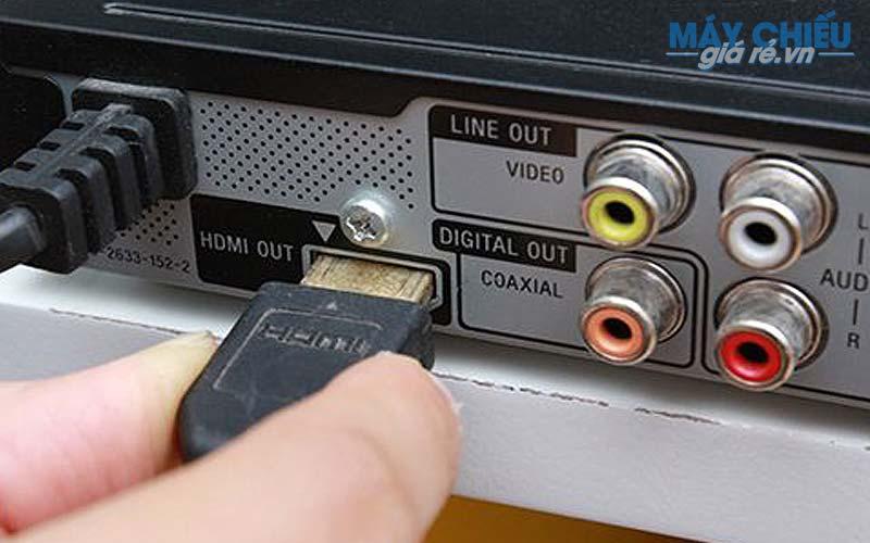 Xuất tín hiệu từ tivi qua máy chiếu bắt buộc tivi phải có cổng out như HDMI out