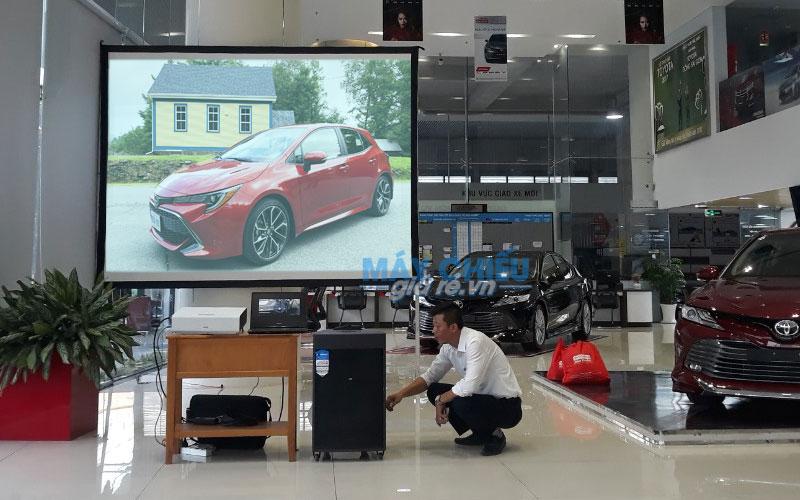 VNPC cho thuê bộ máy chiếu độ sáng cao, màn chiếu và loa tại cửa hàng Toyota