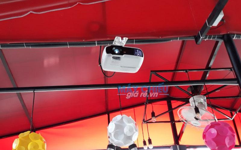 Lắp đặt máy chiếu ViewSonic PA502X treo trần cho quán cafe