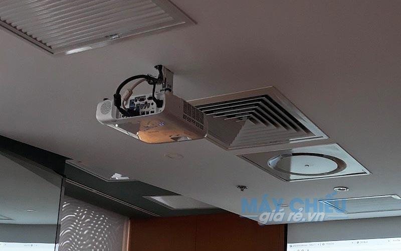 Lắp đặt Máy chiếu Epson EB-2247U phục vụ nhu cầu hội họp văn phòng