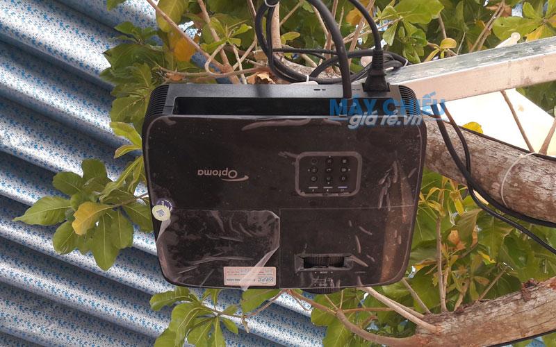 Lắp đặt máy chiếu treo trần cho quán cafe ngoài trời