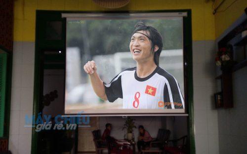 Epson EB-X05 chiếu bóng đá cho quán cafe R&V Cafeteria tại TpHCM