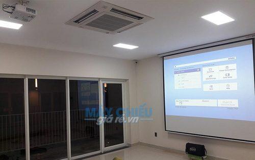 Bộ máy chiếu Epson EB-X05 và màn chiếu điện 120 inch được VNPC lắp đặt tại Quận 2