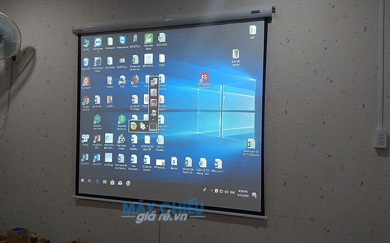 Lắp đặt màn chiếu treo tường 100 inch Exzen cho lớp học