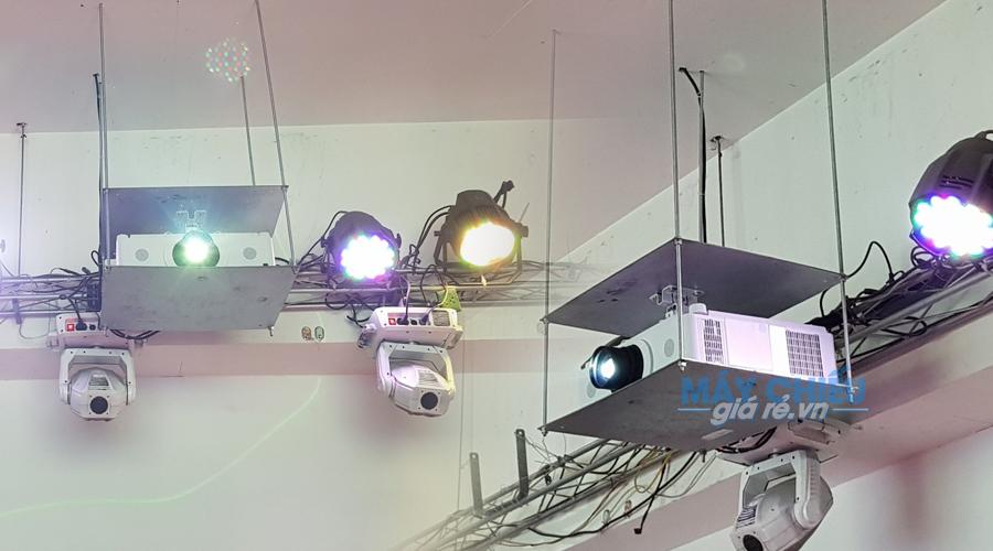 Lắp đặt máy chiếu sử dụng khung treo điện tự động điều khiển từ xa