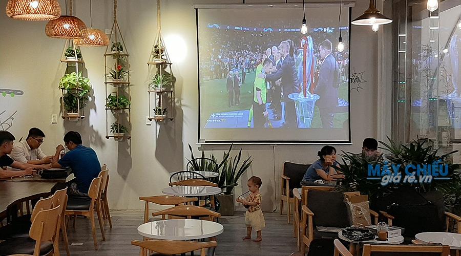 Máy chiếu quán cafe Optoma PS368 phục vụ chiếu bóng đá