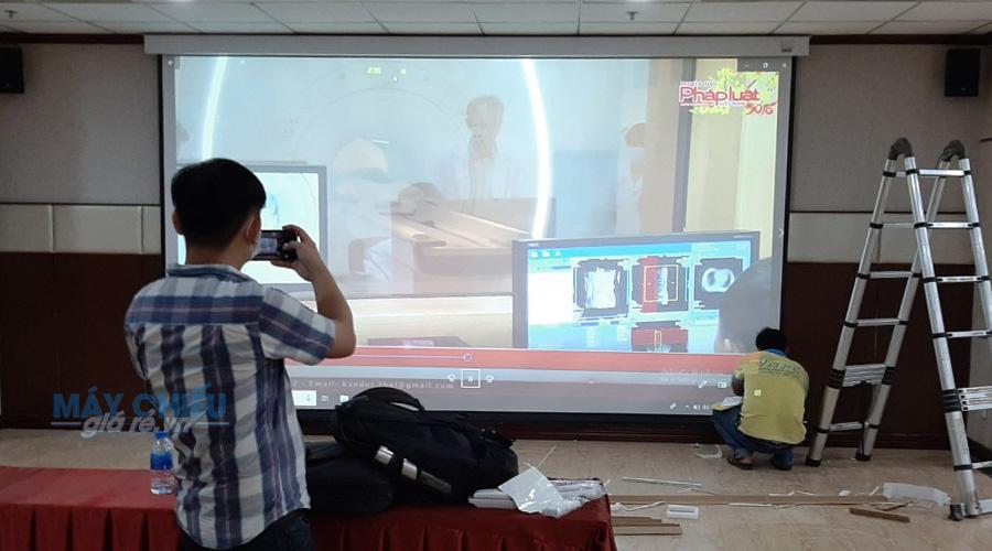 Lắp đặt máy chiếu hội trường lớn phục vụ hội thảo
