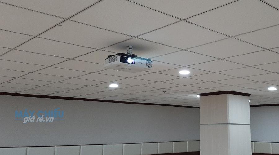 Lắp đặt máy chiếu hội trường lớn Epson EB-2165W
