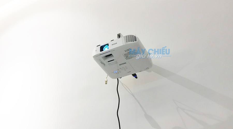 Epson EB-2042 trình chiếu giới thiệu sản phẩm tại MrSimple Style