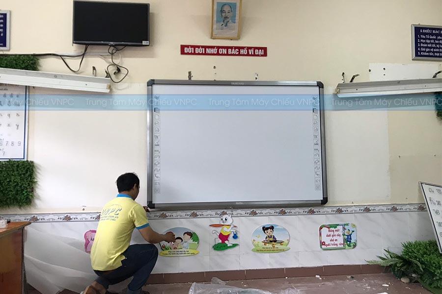 Lắp đặt bảng tương tác thông minh cho lớp học