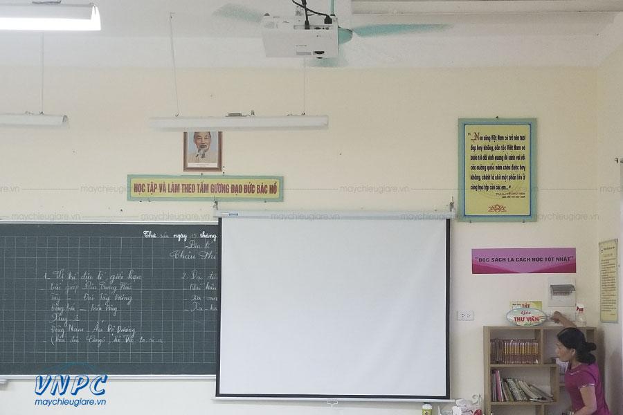 Lắp đặt màn chiếu kéo tay 100 inch phục vụ giảng dạy tại Hà Nội