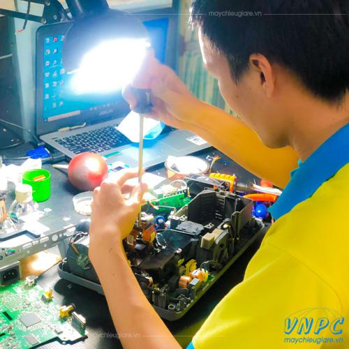 Dịch vụ vệ sinh máy chiếu chuyên nghiệp VNPC